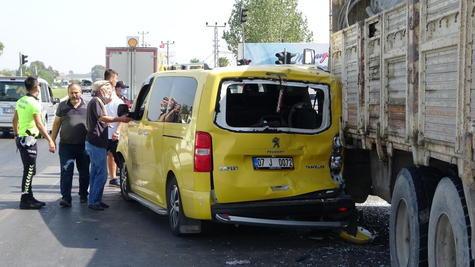 Kamyon kırmızı ışıkta bekleyen ticari taksiye çarptı, ortalık savaş alanına döndü